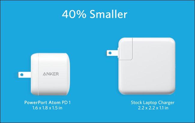 Der Anker PowerPort Atom PD 1 neben dem größeren Standard-Laptop-Ladegerät.