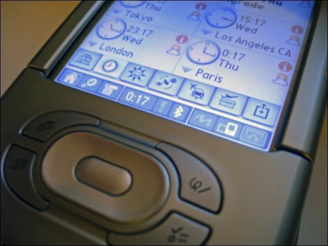 Ein PDA, der die Tageszeit in Tokio, Los Angeles, London und Paris anzeigt.