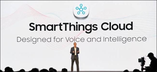Ein Mann auf einer Bühne vor einem riesigen Hintergrund der Samsung SmartThings Cloud.
