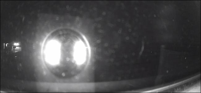 Wyze Cam mit beleuchteten Nachtsicht-LEDs, der größte Teil des Bildes wird von hellen Lichtern verdeckt