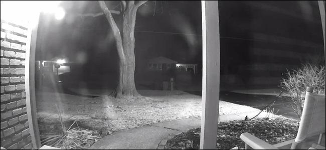 Veranda Nachtansicht mit Veranda Licht und Garage Flutlicht an.