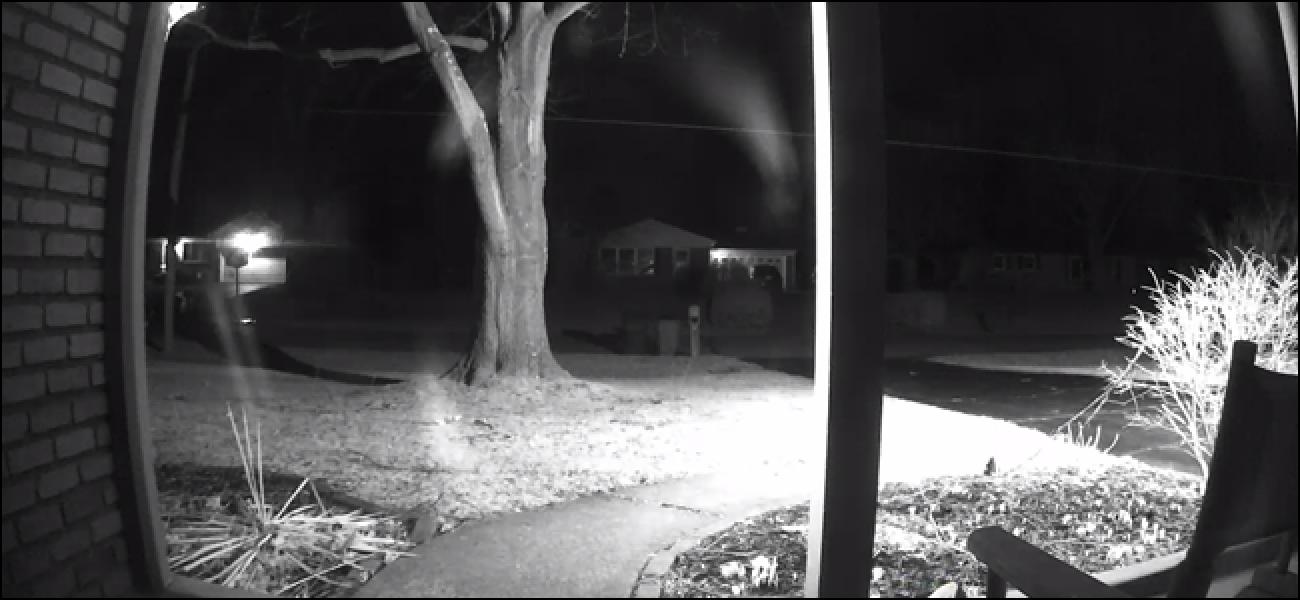 So verwenden Sie die Nachtsicht einer Überwachungskamera durch ein Fenster