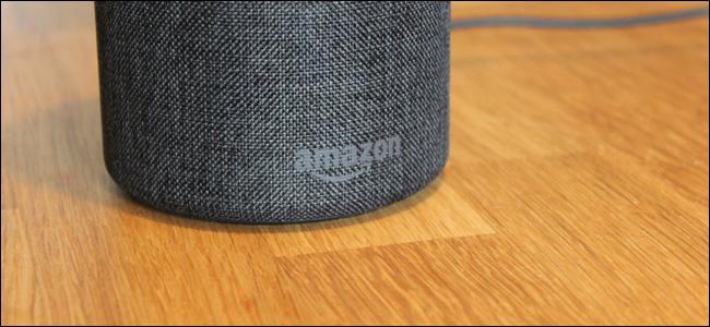 Ein Amazon Echo auf einem Tisch.