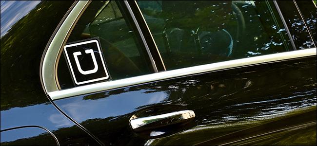 Ein Auto mit dem Uber-Aufkleber auf der Heckscheibe.
