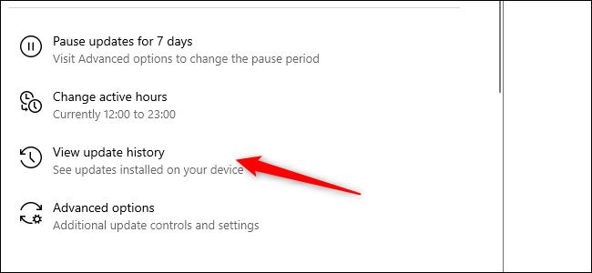 Ein roter Pfeil zeigt auf die Option Update-Verlauf in der App Einstellungen