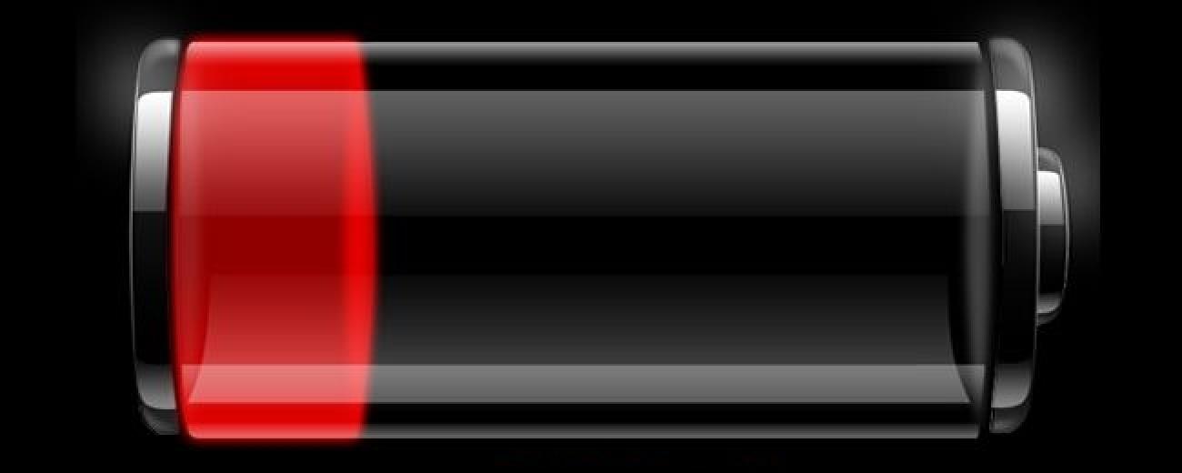 Wie kann eine Batterie leer sein, obwohl sie am Tag zuvor vollständig aufgeladen war?