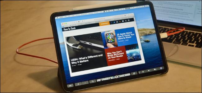 Ein iPad Pro, das an ein MacBook angeschlossen ist und die Duet-App verwendet.