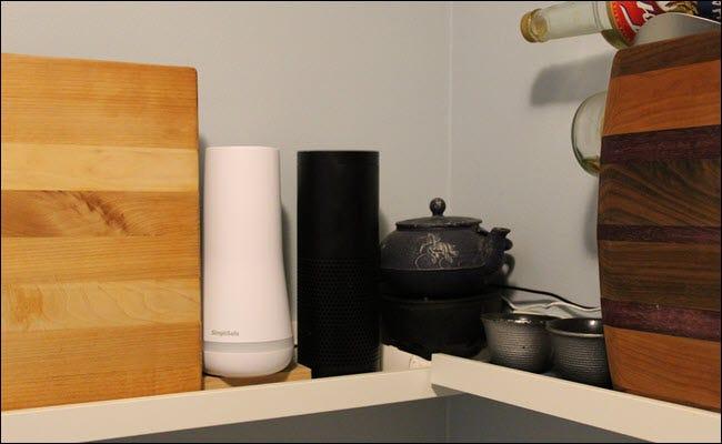 Ein Echo bündig an der Ecke einer Wand, umgeben von einer Teekanne und Schneidebrettern.