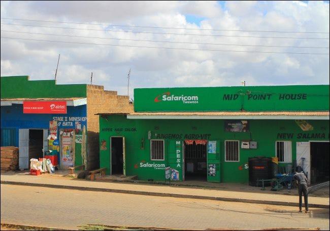 Ein Safaricom-Laden mit einem M-Pesa-Schild in Kenia.