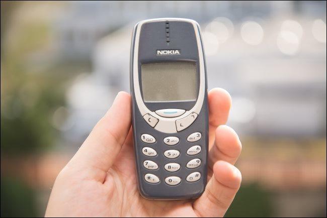 Jemand mit einem Nokia 3310.