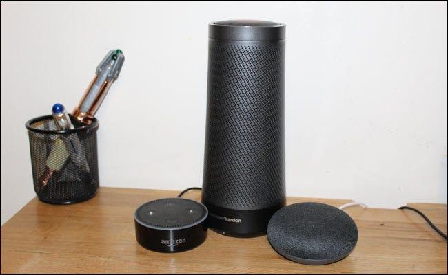Ein Amazon Echo, Google Home Mini und Harmon Kardon Invoke (Cortana-Lautsprecher)