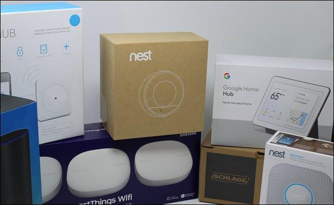 Ein Nestthermostat, ein Google Home Bub, ein Nestschutz, ein Schlage Smart Lock, ein Wink Hub, ein SmartThings Wifi Hub und Amazon Echo.