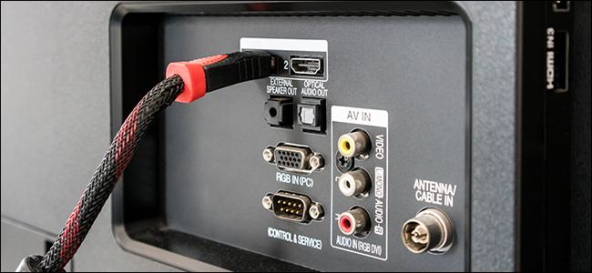 Ein HDMI-Kabel, das aus einem Fernseher herausragt.  Es sieht so aus, als ob jemand nicht weiß, wie man Blu-Ray-Discs richtig rippt!