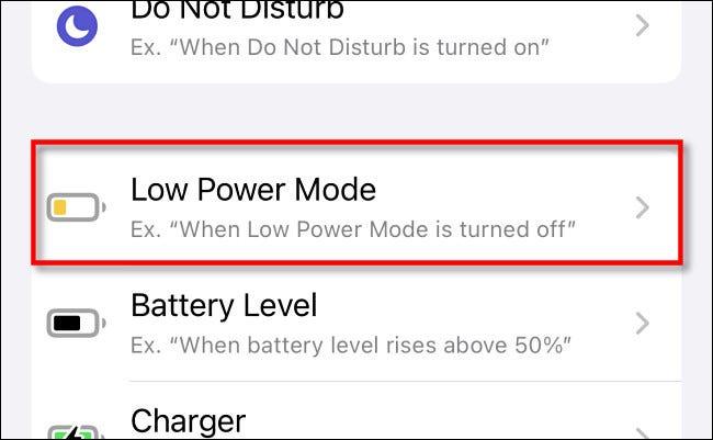 """Tippen Sie in Apple Shortcuts auf dem iPhone auf """"Energiesparmodus"""" in der Automatisierungsliste."""