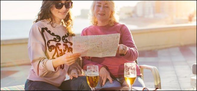 Zwei Frauen, die Bier trinken