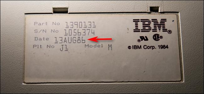 Ein Herstellungsdatum ist der 13. August 1986 auf der Unterseite einer IBM Model M-Tastatur.