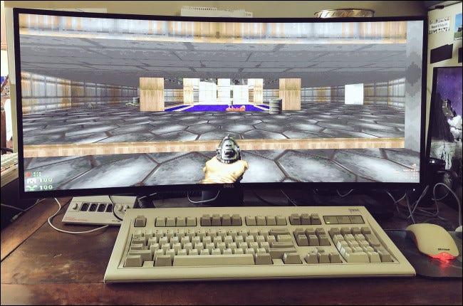 """""""Untergang"""" auf einem Breitbildmonitor hinter einer Desktop-Tastatur und -Maus."""