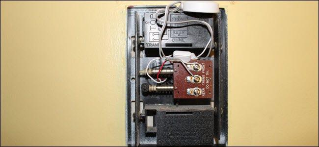 Ein Glockenspielzubehör, das in die Glockenspielbox verdrahtet ist.
