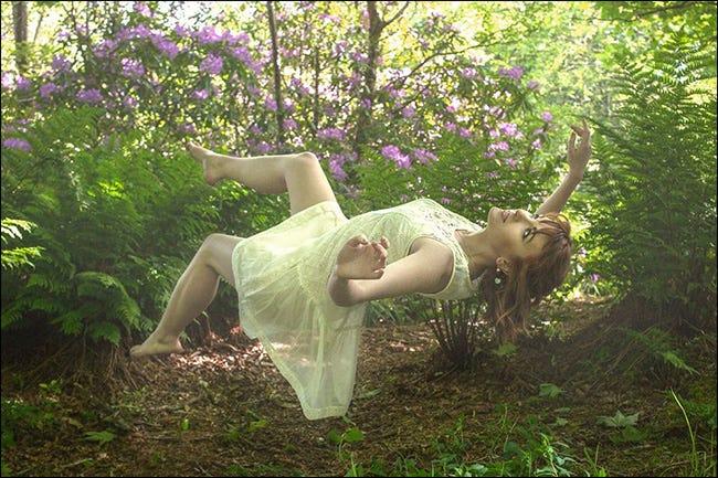 Ein Foto im Freien einer Frau, die auf ihrem Rücken zu schweben scheint.