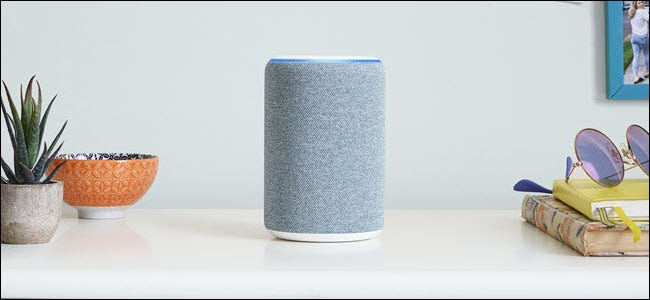 Ein graues Amazon Echo ungefähr in der Mitte eines Raumes.