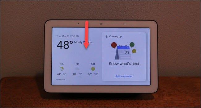 Google Home Hub mit Abwärtspfeil vom oberen Bildschirmrand.