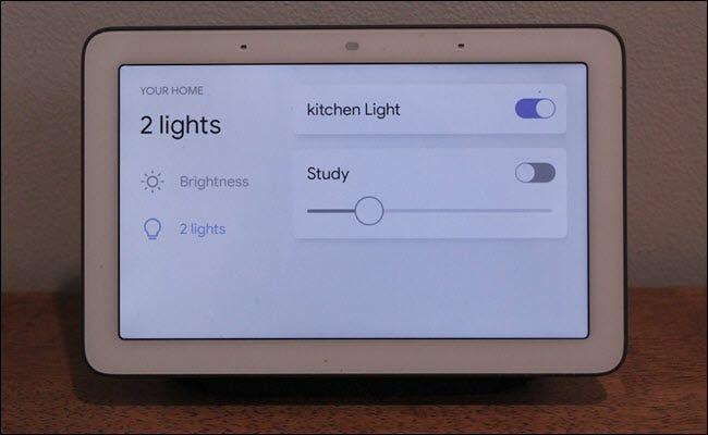 Google Home Hub mit intelligenten Lichtsteuerungen auf dem Bildschirm.