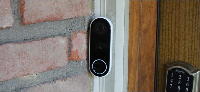 Eine Nest Hello Video Türklingel mit leuchtendem Knopflicht.