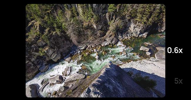 Weitwinkelaufnahme eines Flusses in einer Schlucht.