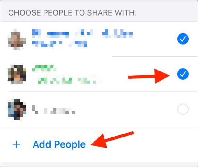 """Tippen Sie auf das Optionsfeld neben jedem Kontakt.  Zapfhahn """"Leute hinzufügen"""" Fügen Sie einen weiteren Kontakt hinzu."""