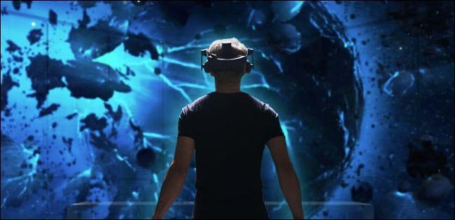 Mann, der ein HTC Vive Pro Headset trägt