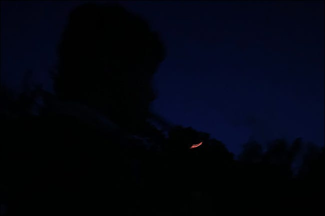 Ein völlig dunkles Foto.