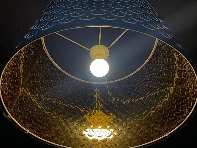 Ein unterbelichtetes Bild einer Lampe.