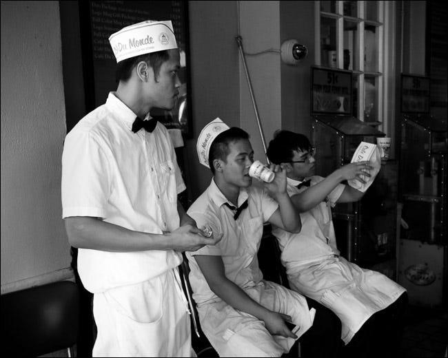 Drei Restaurantangestellte unterhalten sich während einer Pause draußen