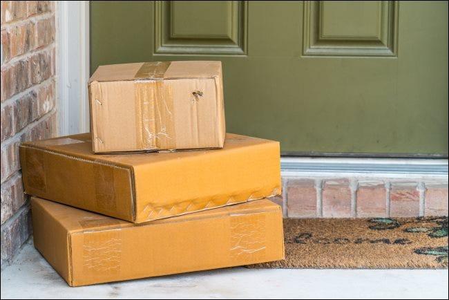 Drei Pakete vor der Haustür.