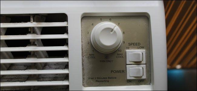 Nahaufnahme der Klimaanlage mit mechanischen Leistungs- und Geschwindigkeitsschaltern und einem Drehknopf.