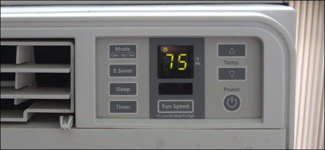 Eine Nahaufnahme einer A / C-Einheit, die einen elektrischen Schalter und einen LED-Bildschirm zeigt.