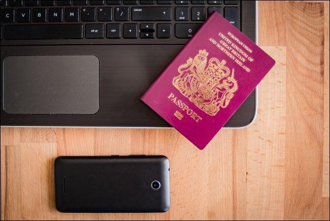 UK Pass mit Laptop und Smartphone