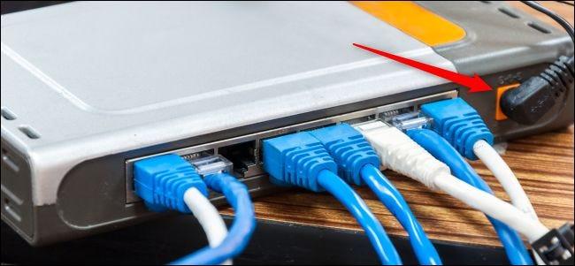 Strom- und Kabelverbindungen auf der Rückseite eines Routers.