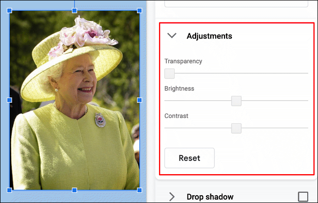 """Klicken Sie auf Format> Formatoptionen> Anpassungen, um die Helligkeit, den Kontrast oder die Transparenz eines Bildes in Google Slides zu ändern"""" width=""""650″ height=""""415″ onload=""""pagespeed.lazyLoadImages.loadIfVisibleAndMaybeBeacon(this);"""" onerror=""""this.onerror=null;pagespeed.lazyLoadImages.loadIfVisibleAndMaybeBeacon(this);""""/></p> <p>Das oben gezeigte Bild von Königin Elizabeth II. Hat eine Transparenzstufe von Null.  Die Helligkeits- und Kontraststufen sind ebenfalls auf Null eingestellt, wobei diese Einstellungen über und unter Null reduziert werden können (standardmäßig werden die ursprünglichen Bildeinstellungen verwendet).</p> <p>Um diese Einstellungen zu ändern, bewegen Sie die Schieberegler für jede Option mit der Maus oder dem Trackpad.  Bewegen Sie den Schieberegler nach links, um den Effekt dieser Option zu verringern, oder nach rechts, um ihn zu erhöhen.</p> <p><img class="""