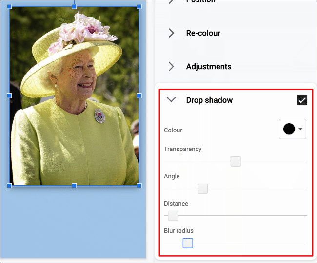 """Um einen Schlagschatten auf ein Bild in Google Slides anzuwenden, klicken Sie auf Format> Formatoptionen> Schlagschatten"""" width=""""650″ height=""""540″ onload=""""pagespeed.lazyLoadImages.loadIfVisibleAndMaybeBeacon(this);"""" onerror=""""this.onerror=null;pagespeed.lazyLoadImages.loadIfVisibleAndMaybeBeacon(this);""""/></p> <p>Sie können die Farbe des Schlagschattens ändern, wie weit er sich ausdehnen soll und in welchem Winkel, wie unscharf er sein soll und welche Transparenzstufe darauf angewendet wird.</p> <p>Bewegen Sie die Schieberegler mit der Maus oder dem Trackpad nach links oder rechts, um die Pegel für jede dieser Optionen anzupassen.  Verwenden Sie das Dropdown-Menü, um die Schlagschattenfarbe auszuwählen.</p> <p><img class="""