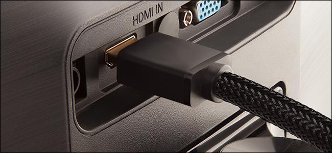 Geflochtene HDMI-Kabel, die an der Rückseite eines Fernsehgeräts angeschlossen sind