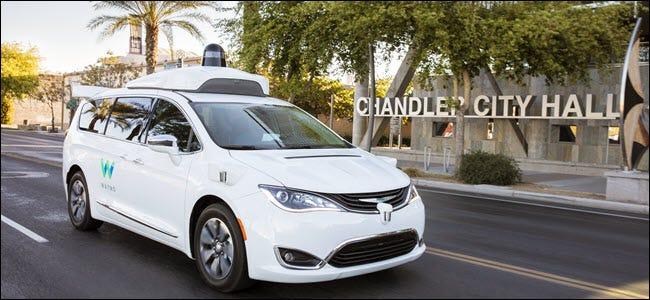 ein weißes Waymo selbstfahrendes Auto außerhalb des Ausrüstungs-Rathauses