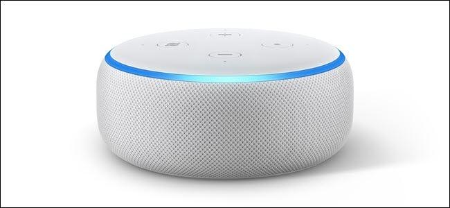 Amazon Echo Punkt 3 mit dem hellblauen LED-Ring leuchtet auf.