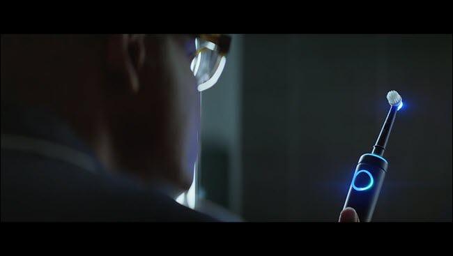 Mann aus Alexa-Werbung starrt auf seine beleuchtete Echo-Zahnbürste.