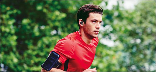 Mann läuft mit Bluetooth-Ohrhörern an.