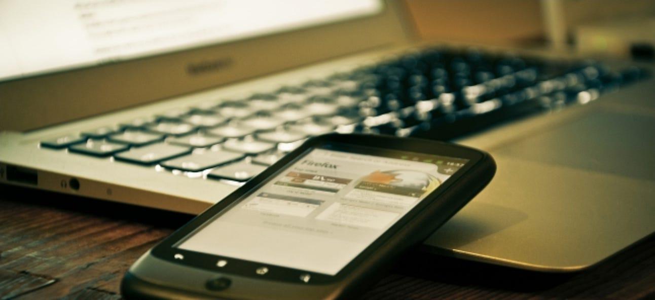 Was können Sie tun, wenn in der Nähe befindliche elektronische Geräte das Display eines Laptops ausschalten?