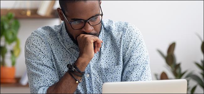 Ein Mann starrt auf seinen Laptop und fragt sich, ob es jetzt an der Zeit ist, endlich FOMO zu sagen.