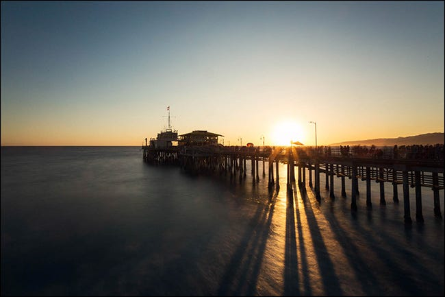 Ein Pier bei Sonnenuntergang mit einer kreativen Anpassung des Weißabgleichs.