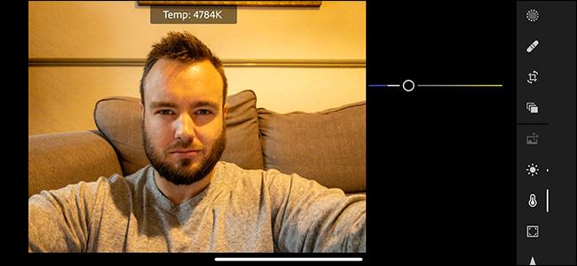 Ein Porträt eines Mannes, der im Farbkorrekturmenü in Adobe Lightroom angepasst wird.
