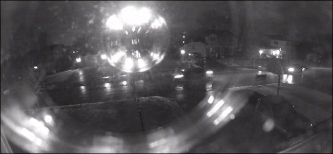 Wenn Sie eine Nachtsichtkamera in der Nähe eines Fensters platzieren, wird das IR-Licht vom Glas reflektiert.